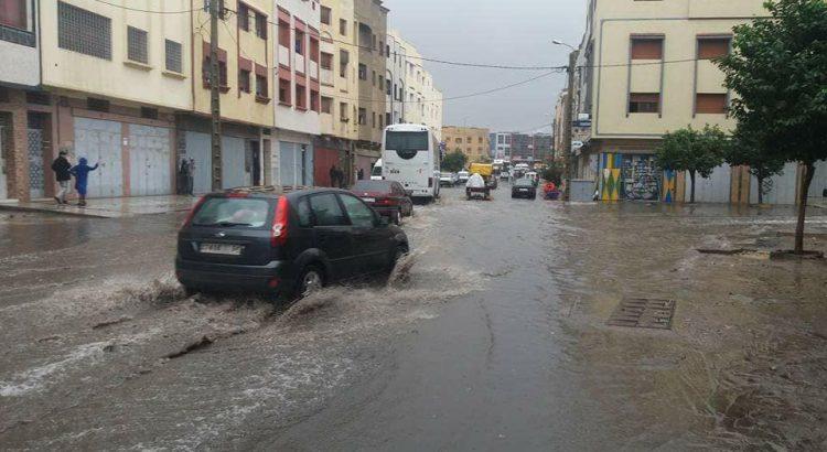 الأمطار تغرق الأزقة بسيدي سليمان ومستشار بـ«البيجيدي» يطالب السكان بالتواصل