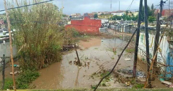 الأمطار تغرق الأحياء الهامشية بالقنيطرة ومطالب بتسريع برامج مدن بدون صفيح