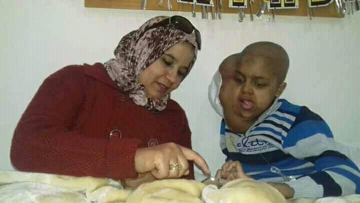 """صراع بين """"البيجيدي"""" وفعاليات جمعوية بالقنيطرة حول طفل مصاب بالسرطان"""