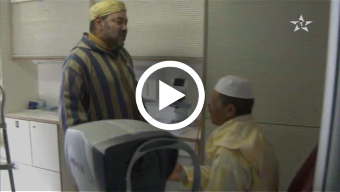 صورة مشهد مؤثر عناق وحضن حار بين الملك و مواطن مسن بمديونة