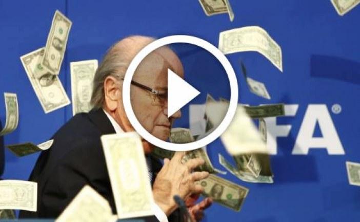 سيب بلاتير يضرب بدولارات مزيفة