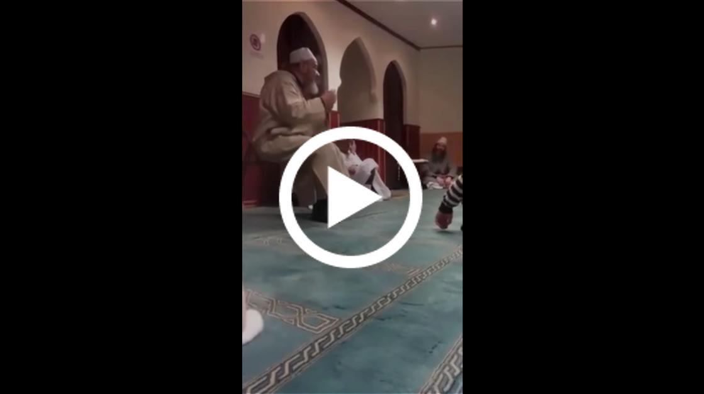 صورة عبد الهادي بلخياط يغني في المسجد : انا بوهالي