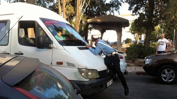 """صورة خطير …خطاف بطنجة يقتل شرطيا بعد """"جرجرته"""" ودهسه في الشارع"""