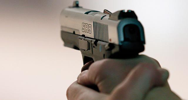 اعتقال الكوميسير المخمور الذي أشهر مسدسه بملهى ليلي بالهرهورة والحموشي يوقفه عن العمل