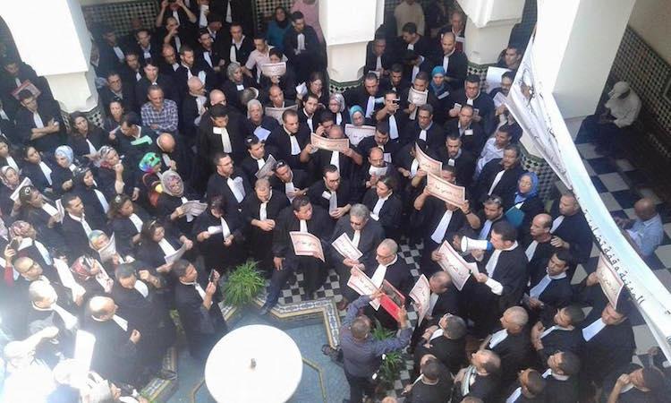 وقفة احتجاجية لمحاميي مكناس لاستنكار الاعتداء على زميلهم