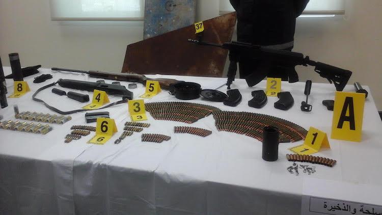 رشاش حربي وقنابل دخانية وسيوف ضمن محجوزات عصابة طنجة المسلحة.صور المحجوز