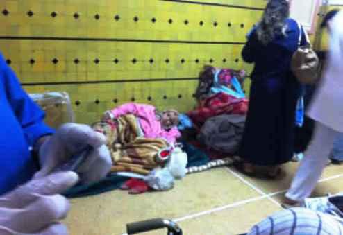 نساء يفترشن الأرض مع مواليدهن بمستشفى ابن الخطيب بفاس