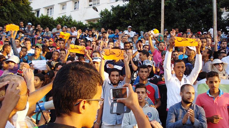 صورة صفير وأحذية في وجه بنكيران بآسفي وحشود المحتجين تصدم الحزب الحاكم