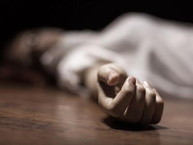 صورة عشريني من العيون يخنق خليلته الأربعينية بواسطة قضيب حديدي حتى الموت ويحمل جثتها على كتفيه صوب الشارع