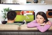 كيف تتعاملين مع زوجك المهووس بكرة القدم؟