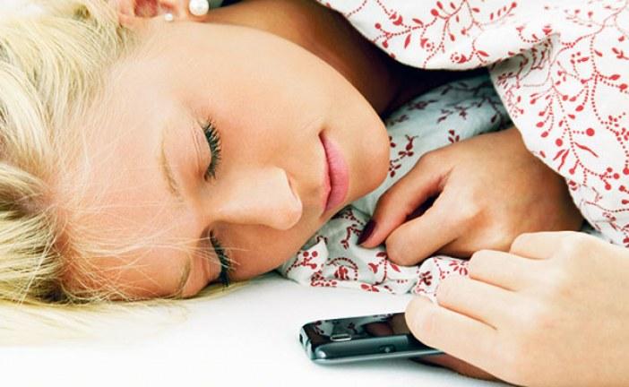لهذا يجب تجنب النوم مع الهاتف الذكي