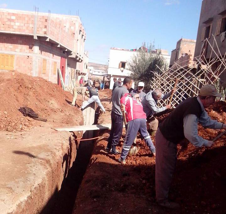 صورة اكتتاب سكان بضواحي الخميسات لربط مساكنهم بقنوات الصرف الصحي