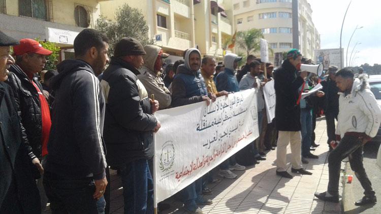 صورة سلاليون بسيدي الطيبي يحتجون أمام ابتدائية القنيطرة ضد استغلال أرضهم