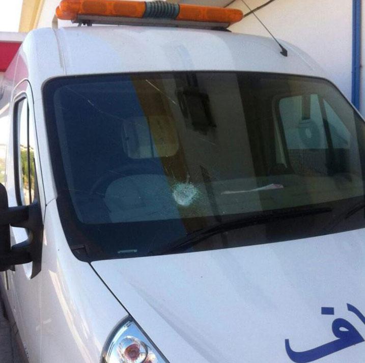 مجهولون يهاجمون سيارة إسعاف تقل حالة خطيرة بالطريق السيار ببرشيد