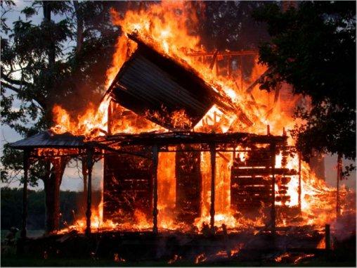 صورة امرأة قتلت زوجها ولإخفاء الجريمة أحرقت كوخ امرأة وابنتها المعاقة بسطات