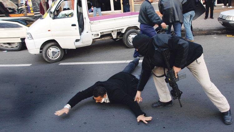 """صورة كومندو أمني مسلح يعتقل """"الوحش"""" الذي روع سكان سلا وأغرق المدينة بالمخدرات والكحول"""