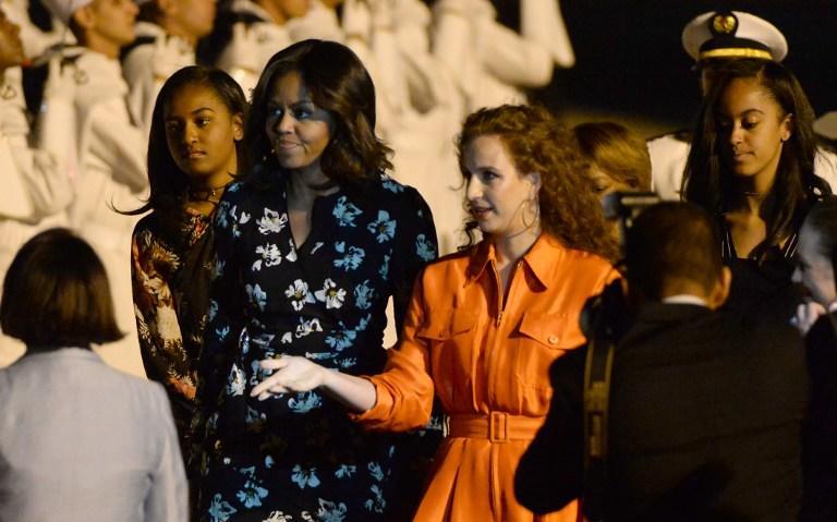 بالصور .. السيدة الأولى للمغرب تستقبل نظيرتها السيدة الأولى لأمريكا بمطار مراكش