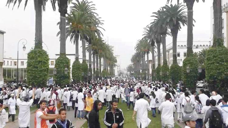 الأساتذة الأطباء يهددون بسنة بيضاء ويحملون حكومة بنكيران المسؤولية