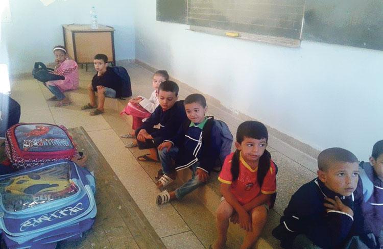 تلاميذ يقتعدون أرض الفصول الدراسية بسبب غياب الطاولات