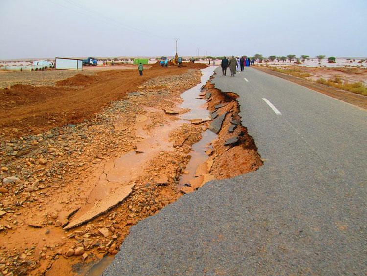 صورة «الأخبار» تعيد رسم مشاهد الفيضان الذي عزل الصحراء عن المغرب وتكشف الأرقام الأولية للخسائر