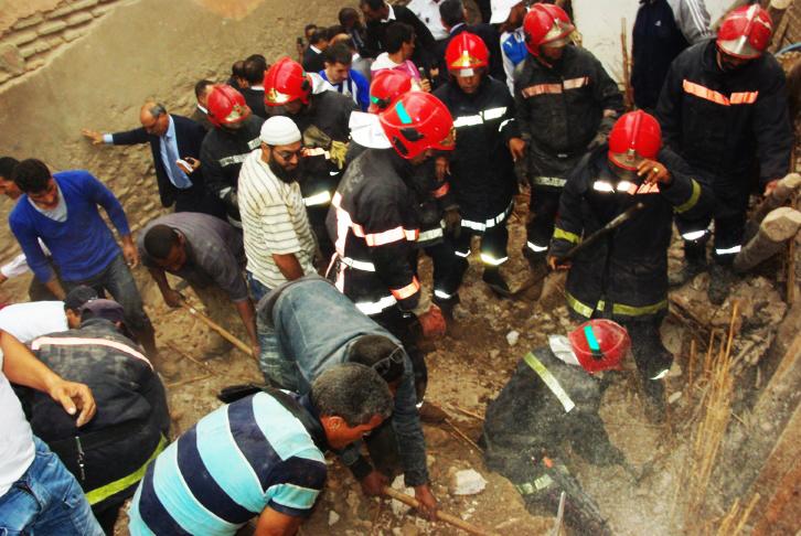 مصرع أسرة تحت الأنقاض في حادث انهيار منزل بدرب الكبص في مراكش