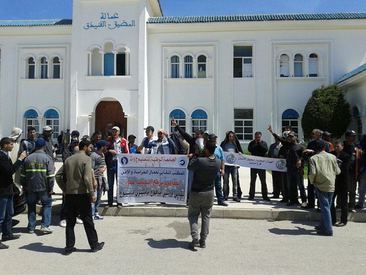 حراس المؤسسات التعليمية يحتجون أمام عمالة المضيق- الفنيدق للمطالبة بأداء أجورهم