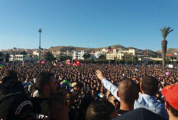 صورة الآلاف يستجيبون لدعوات الاحتجاج ضد تصريحات الأغلبية الحكومية بالحسيمة