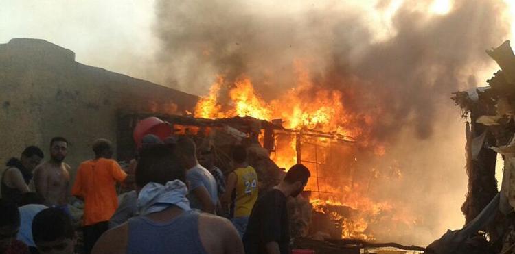 النيران تأتي على عشرات «البراريك» بسوق عشوائي للخضر والفواكه بفاس