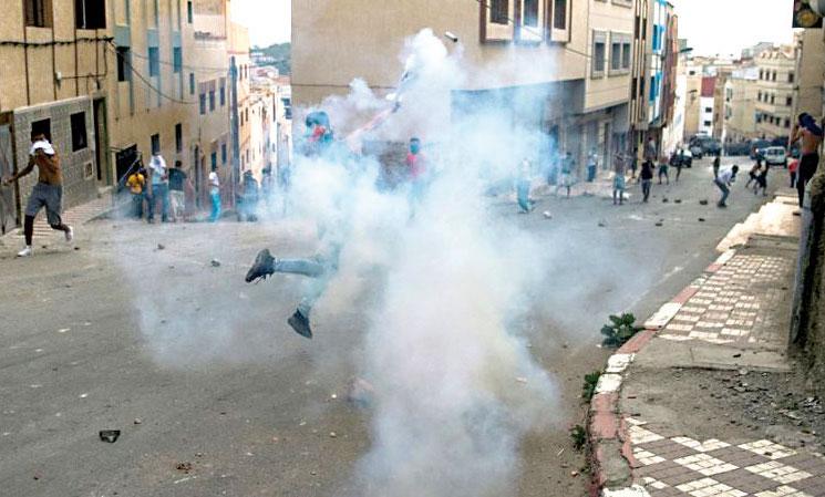 الأمن يلجأ إلى القنابل المسيلة للدموع بعد مواجهات عنيفة مع متظاهرين بالحسيمة