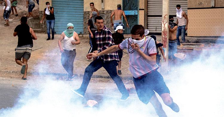 صدريات مضادة للرصاص بالميناء المتوسطي ومجهولون يطلقون غازا مسيلا للدموع وسط محتجين في حراك الحسيمة