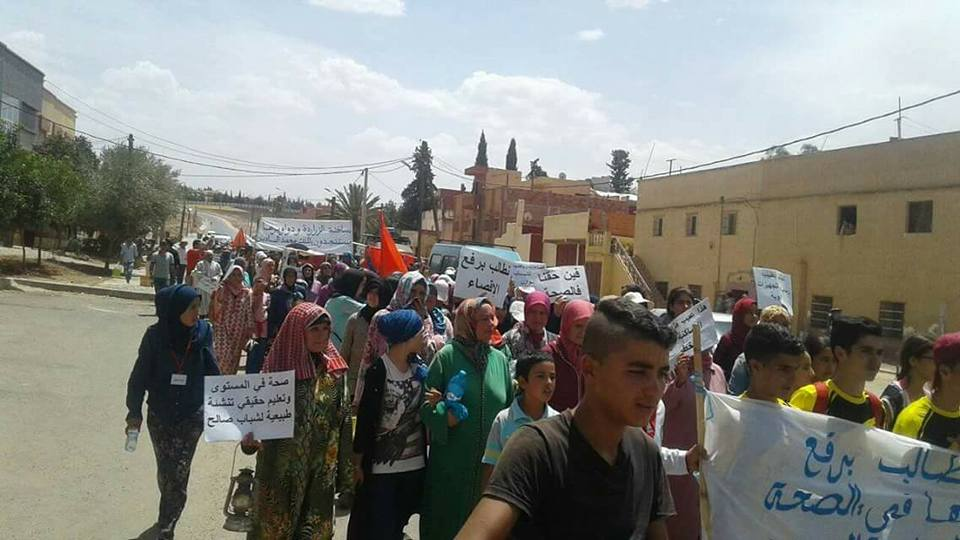 مواطنون يحملون «نعش» مجلسهم القروي على أكتافهم في مسيرة نحو مقر جهة فاس