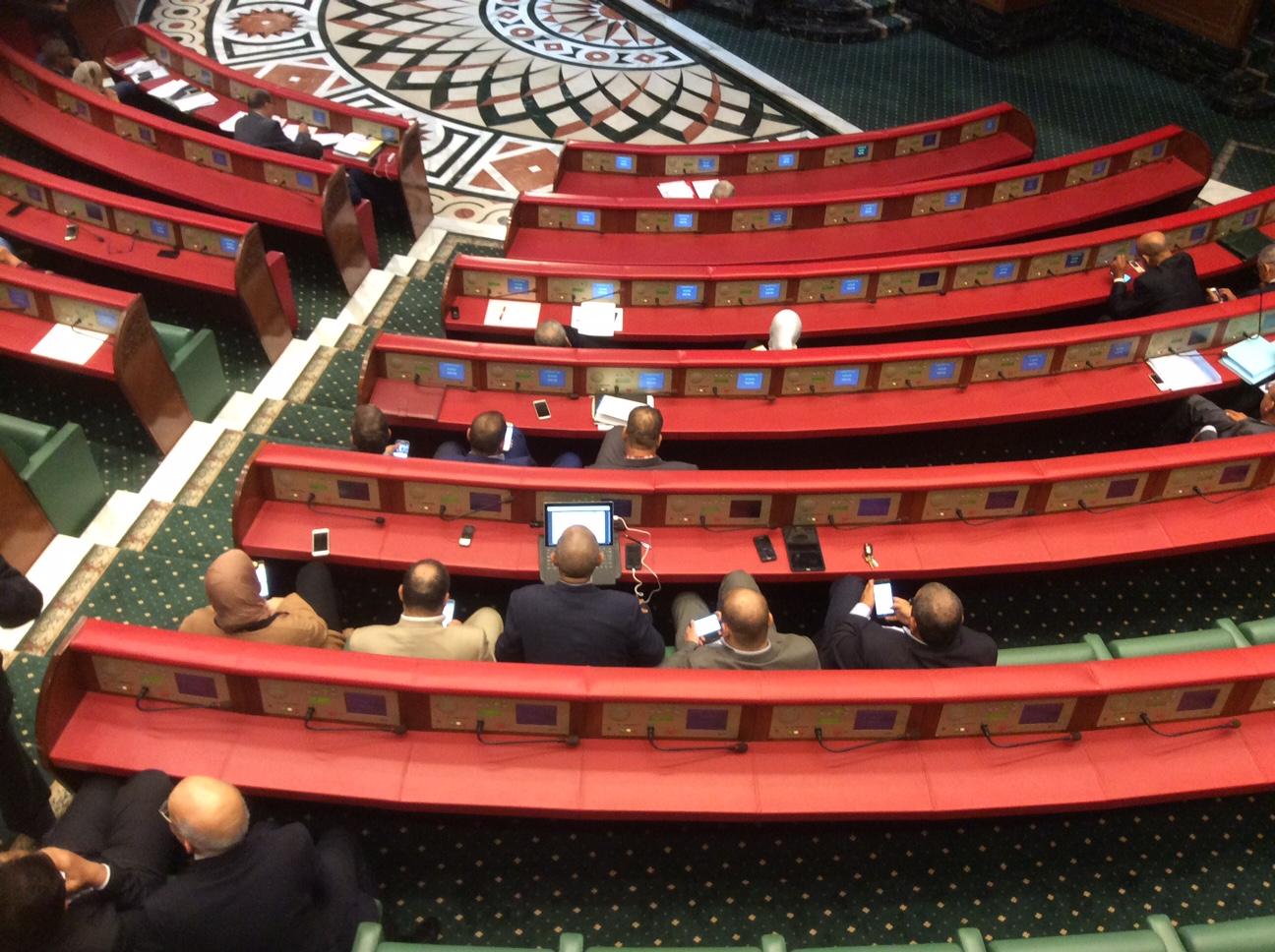 """برلمانيو """"البيجيدي"""" يلعبون في هواتفهم أثناء مناقشة تقرير جطو بمجلس المستشارين"""