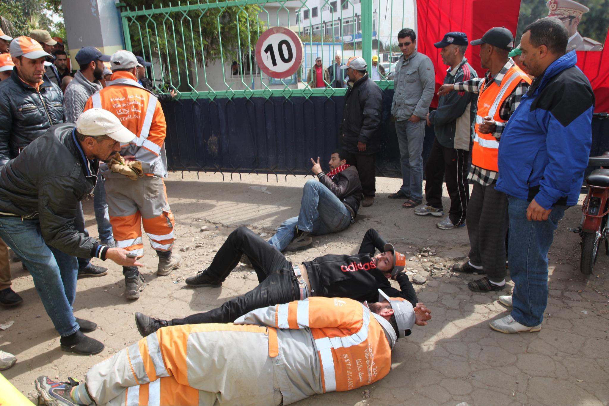 صورة مهنيو النظافة يهددون بإغراق البيضاء في الأزبال ويطالبون بتسوية مطالبهم المادية