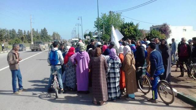 صورة الكهرباء والتطهير يخرجان مواطنين بسوق السبت في مسيرة احتجاجية نحو عمالة الإقليم