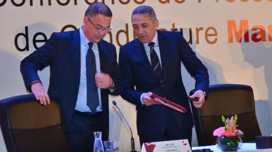 صورة لقجع والعلمي يعرضان ورقة «تي جي في» على لجنة «تاسك فورس»
