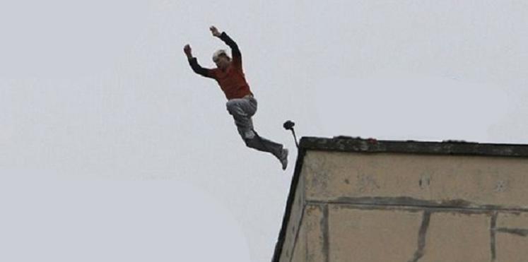 صورة انتحار طبيب نفساني بإلقاء نفسه من نافذة عيادته بالداربيضاء