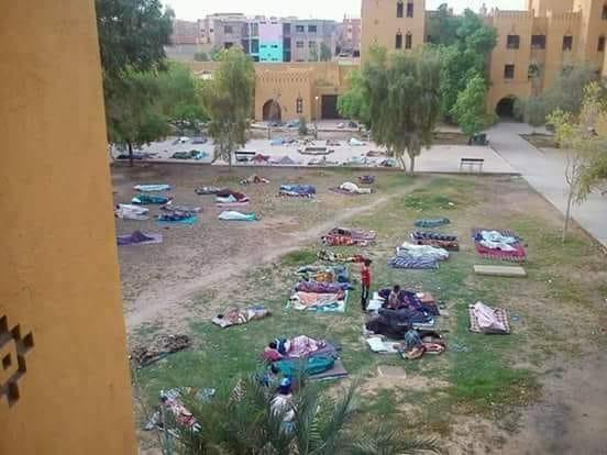 صورة الراشيدية…درجة الحرارة التي جاوزت الـ40 تجبر طلبة الحي الجامعي على المبيت في العراء