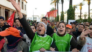 صورة محرج … حملة الشهادات المعطلين يستقبلون الخلفي بالاحتجاج خلال ندوة بوجدة