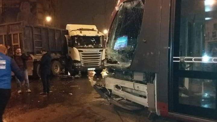 صورة اصطدام طرامواي بشاحنة كبيرة وهذا عدد المصابين