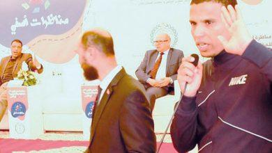 صورة عمدة يصف معطلا بـ«الحمار» أمام وزير