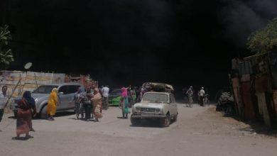 صورة مواطنون بسيدي سليمان يحاولون إنقاذ بيوتهم الصفيحية من الحريق بعدما عجزت الوقاية المدنية عن إخماده