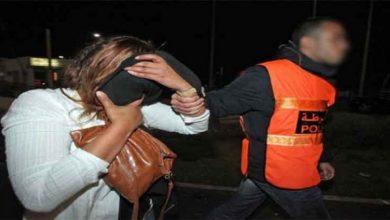 صورة اعتقال امرأة سلمت والدتها المسنة لعشيقها من أجل اغتصابها وقتلها