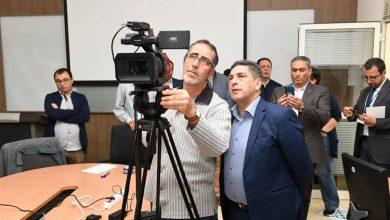 صورة أمزازي يتابع شخصيا عملية تسجيل الآلاف من المحتويات الرقمية يشرف عليها مدرسون ومفتشون