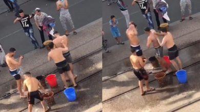 صورة أمن البيضاء يحدد هوية أشخاص ظهروا في فيديو يستحمون بسكة الطرامواي