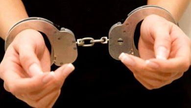صورة اعتقال عشرينية تروج كمامات غير طبية وحجز 25 طنا من الدقيق المدعم