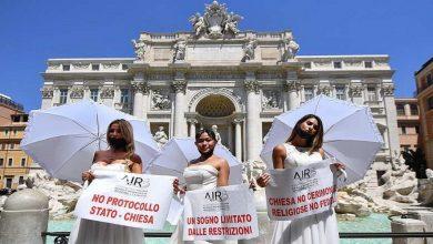 صورة عرائس ايطاليا يتظاهرن بفساتين الزفاف احتجاجا على استمرار إغلاق صالات الأعراس