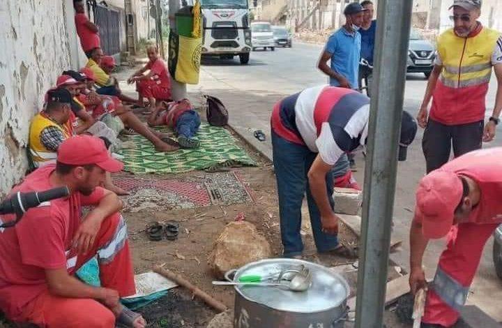 صورة اعتصام عمال نظافة للمطالبة بالعودة للعمل بالمعمورة