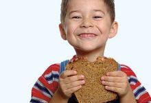 صورة الخبز الأسمر يساعد الطفل على التركيز