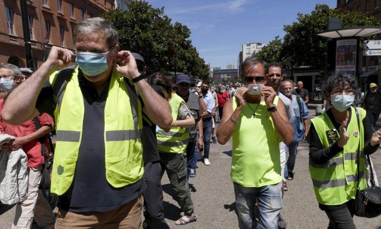 صورة السترات الصفراء تغزو شوارع فرنسا ساعات بعد إعلان نصف البلاد منطقة حمراء بسبب كورونا